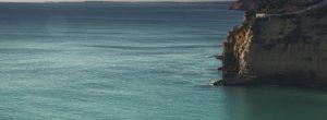 Η θάλασσα ξέρει να μετατρέπει τον πόνο σου σε ηρεμία και γαλήνη